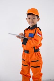 Aziatische jongetje met uniforme technicus, ingenieur of astronaut