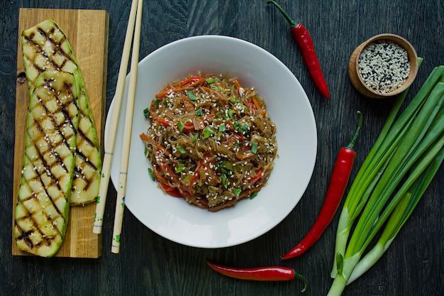 Aziatische keuken. cellofaannoedels versierd met groenten