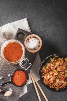Aziatische keuken. gefermenteerd voedsel. traditioneel koreaans gerecht: kimchi-koolkool met traditionele kimchi-saus