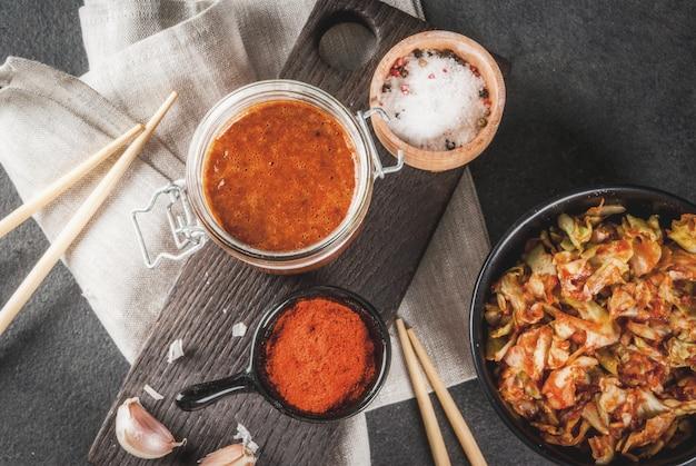 Aziatische keuken. gefermenteerd voedsel. traditioneel koreaans gerecht: kimchi-koolzuurkool