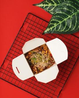 Aziatische keuken. noedels in een doos.