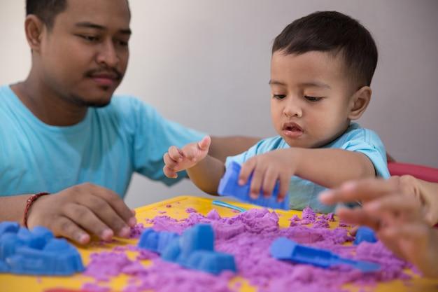 Aziatische kind spelen zand binnen