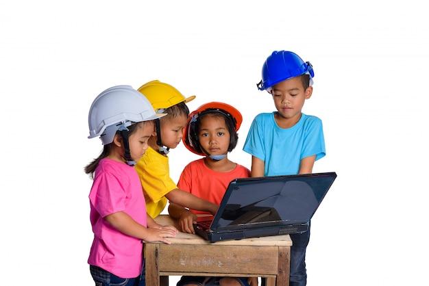 Aziatische kinderen die veiligheidshelm en denkende die planer dragen op witte achtergrond wordt geïsoleerd. kinderen en onderwijs concept