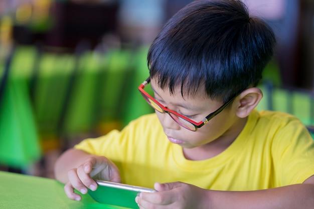 Aziatische kinderen dragen een bril die blauw licht blokkeren
