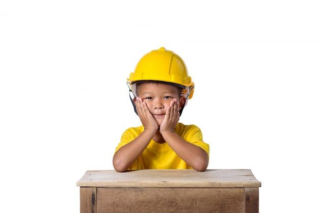 Aziatische kinderen veiligheidshelm dragen en glimlachen geïsoleerd op wit