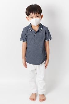 Aziatische kindjongen die een beschermingsmasker draagt.