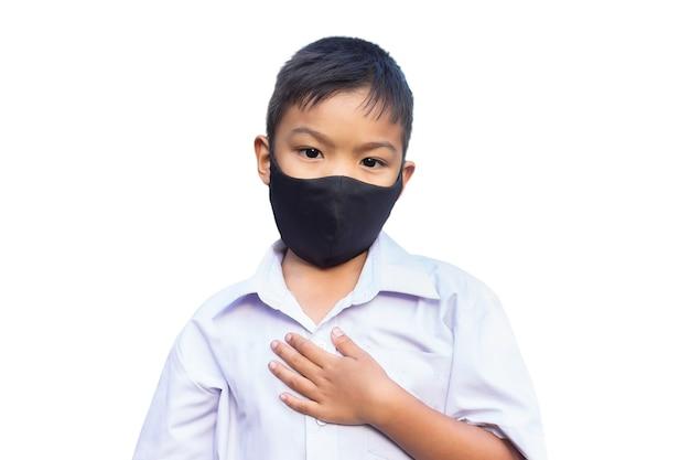 Aziatische kindjongen die stoffenmasker draagt.