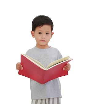 Aziatische kleine babyjongen leeftijd ongeveer 3 jaar oud opent een boek op wit