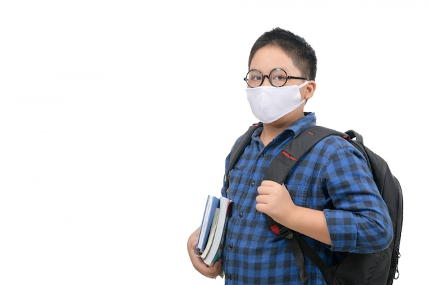 Aziatische kleine jongen met een beschermend masker naar school te gaan