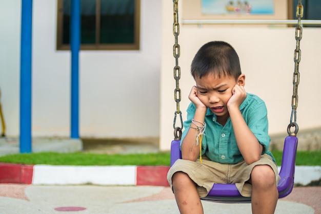Aziatische kleine jongen voelt ing twijfel en benadrukt.