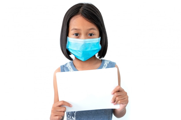 Aziatische kleine meisjes dragen maskers om de verspreiding van het coronavirus covid-19 te voorkomen met een blanco wit papier op wit