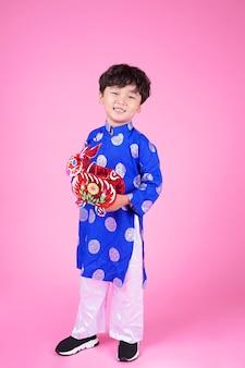 Aziatische knappe schattige kleine jongen jongen met mooie uitdrukking en lantaarn te houden
