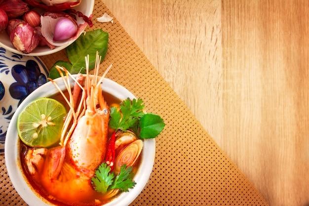 Aziatische kruidige soep met garnalen in kom, beroemde thaise voedselkeuken