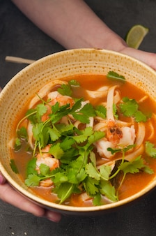 Aziatische laksasoep met noedels en zeevruchten
