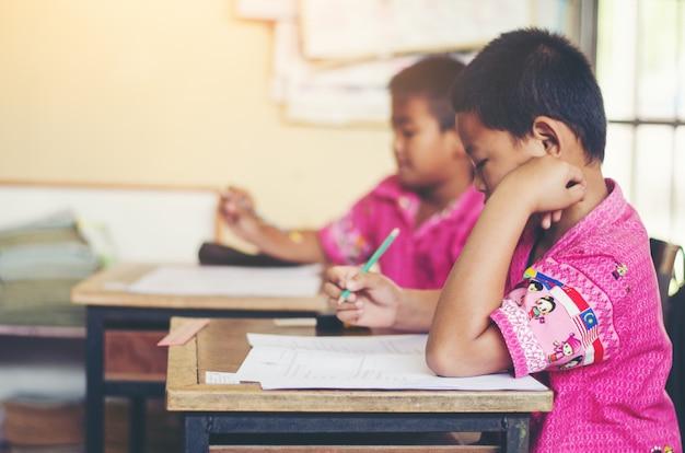 Aziatische landelijke student interesse bereidheid taalvaardigheid schrijven leerproces onderwijs in klas