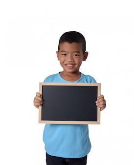 Aziatische landjongen met leeg zwart bord voor conceptueel onderwijs