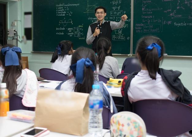 Aziatische leraar lesgeven aan groep van studenten