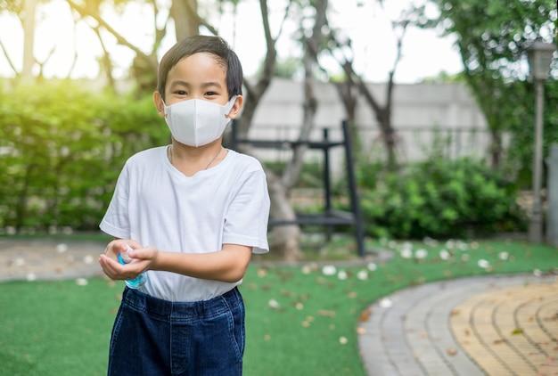 Aziatische leuke jongen die beschermend masker draagt