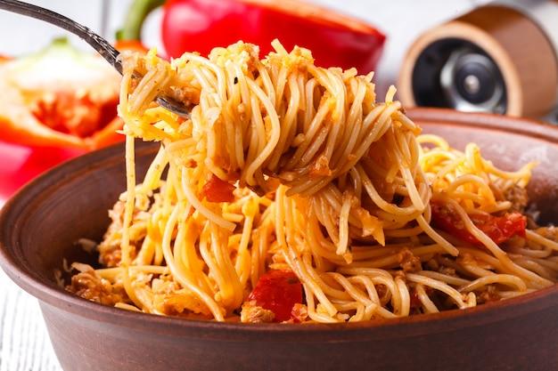 Aziatische maaltijd gemaakt van rijstnoedels, tofu, groenten en shiitake paddenstoelen. traditionele oosterse keuken maaltijd.