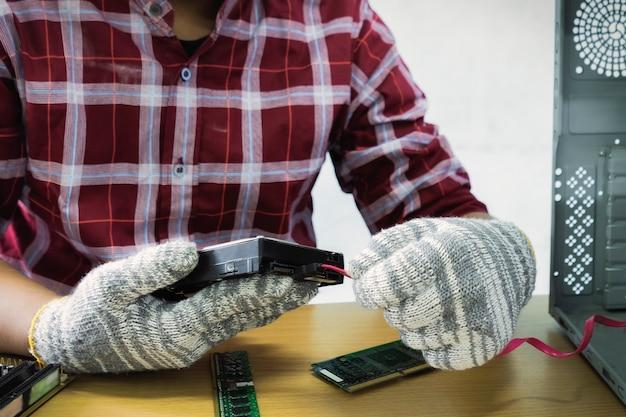 Aziatische man computertechnicus schroevendraaier computer moederbord reparatie veiligheidsuitrusting
