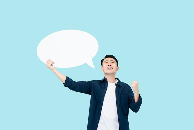 Aziatische man denken aan succes met tekstballon naast