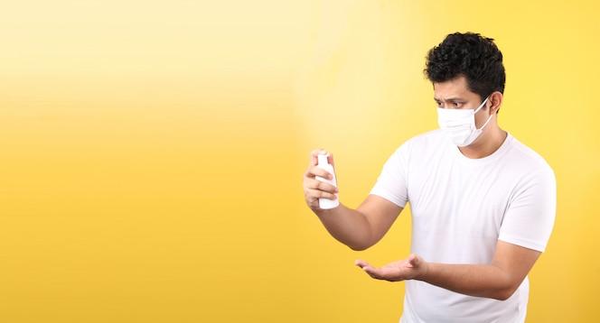Aziatische man die alcoholgel gebruikt en een medisch masker draagt, beveelt de preventie van virussen en verschillende ziekten aan. geïsoleerd