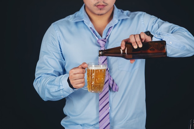 Aziatische man die een pul bier drinkt