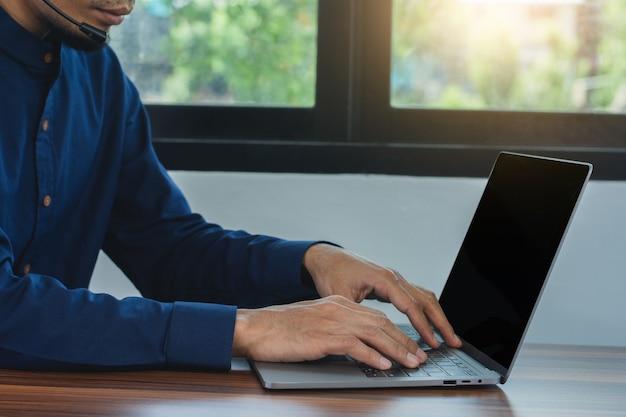 Aziatische man die thuis online ondersteuning van het callcenter werkt, werk vanuit huis veiligheid coronavirus covid19-uitbraak