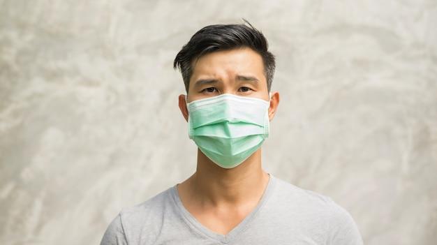 Aziatische man draagt een beschermend masker.
