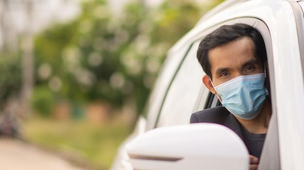 Aziatische man draagt gezichtsmasker in auto rijden, mensen dragen gezichtsmasker in auto beschermen coronavirus covid19