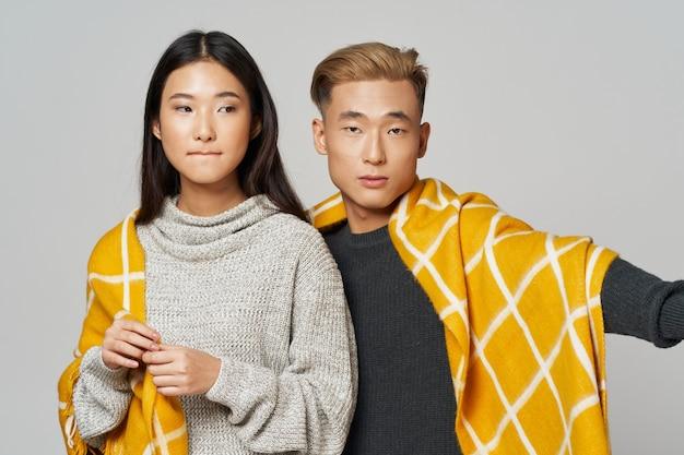 Aziatische man en vrouw bedekt met een deken coole levensstijl