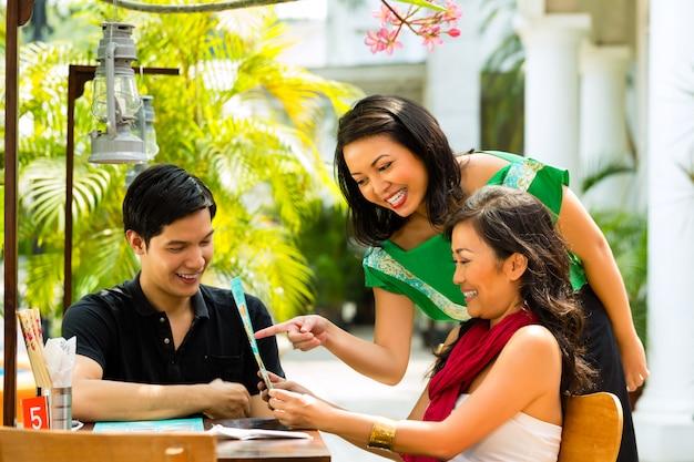 Aziatische man en vrouw in restaurant