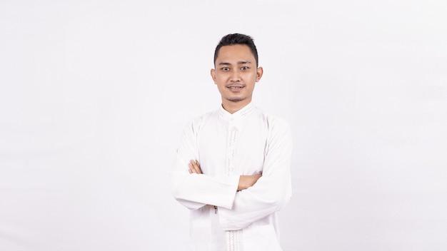 Aziatische man gekleed in islamitische kleding geïsoleerde witte ruimte