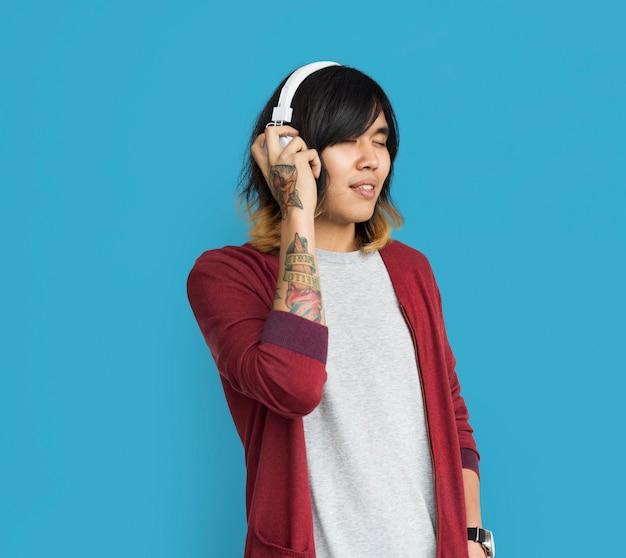 Aziatische man getatoeëerde arm koptelefoons