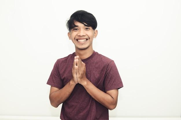 Aziatische man glimlacht in casual shirts met een vrolijke glimlachuitdrukking