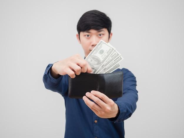 Aziatische man haalt geld uit zijn portemonnee op witte achtergrond