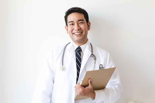 Aziatische man in arts uniform in het ziekenhuis