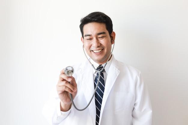 Aziatische man in arts uniform met stethoscoop