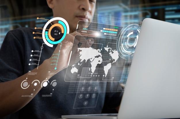 Aziatische man in een modern kantoor die een futuristisch virtueel computeraanraakscherm of augmented reality-bedieningspaneel aanraakt terwijl hij gegevens over bedrijfsadministratie bekijkt.
