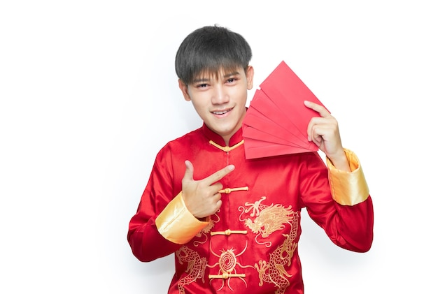 Aziatische man in mandarijn kraag jurk met rode envelop pakket. chinees nieuwjaar concept.