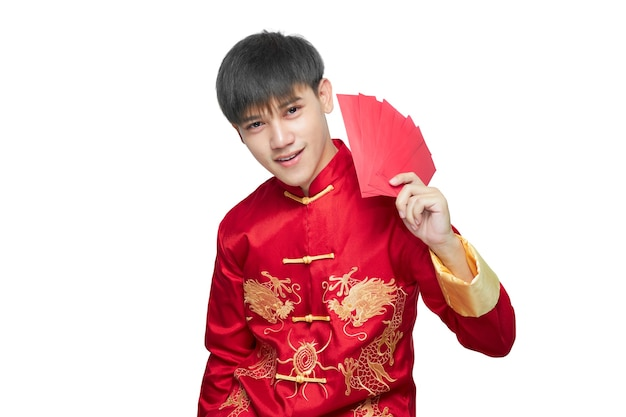 Aziatische man in mandarijn kraag jurk met rode envelop pakket lacht gelukkig geïsoleerd op een witte achtergrond met uitknippad. chinees nieuwjaar concept.