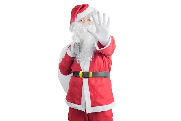Aziatische man in santa kostuum met een open hand cadeau zak geïsoleerd op witte achtergrond