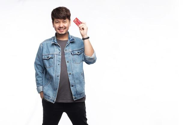 Aziatische man in smileygezicht met creditcard en camera kijken