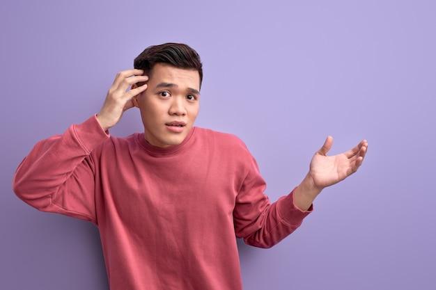 Aziatische man in vrijetijdskleding schouderophalend, man weet het niet, misverstanden, staan met verlies