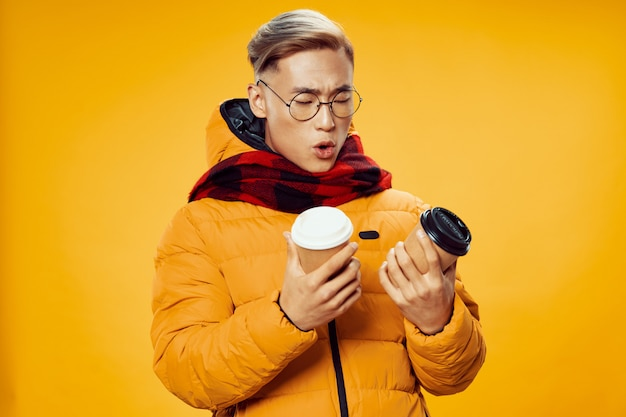 Aziatische man in warme winterkleren poseren