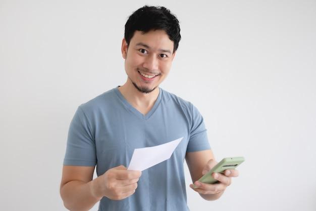 Aziatische man is blij met de smartphone en de rekening op grijs