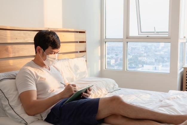 Aziatische man is in een online bijeenkomst in concept van werk vanuit huis.