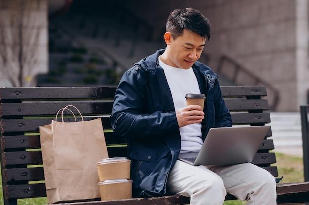 Aziatische man met afhaalmaaltijden dozen