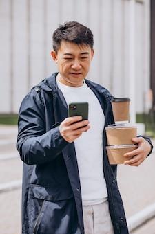 Aziatische man met afhaalmaaltijden dozen Premium Foto