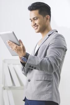 Aziatische man met behulp van tablet pc